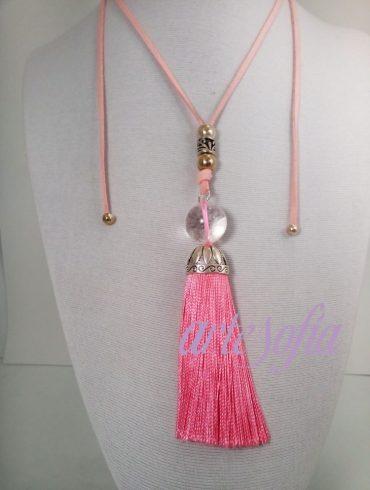 Collar con cuarzo cristal y fleco rosa. Artesofia.