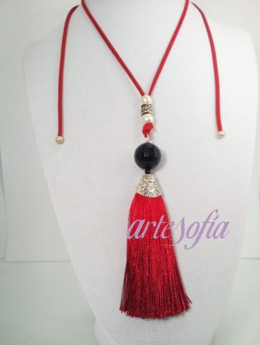 Collar Onix negro con fleco rojo. Artesofia