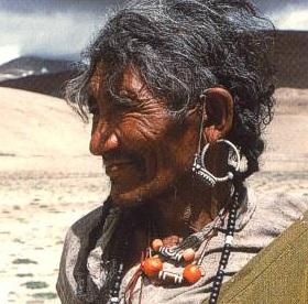 Mujer Tibet con DZI
