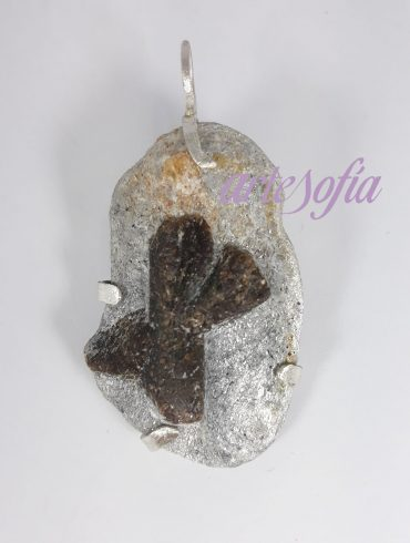 Colgante de Estaurolita con plata. Artesofia.
